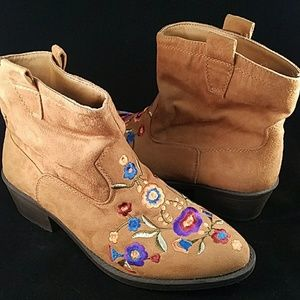 MUDD embroidered suede boots.